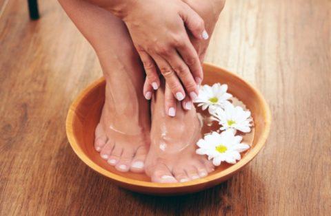 Перед применением настоек или компрессов желательно распарить ноги.
