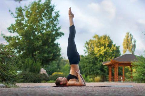 Саламба Сарвангасана – лучшая перевёрнутая поза йоги при варикозе вен на ногах