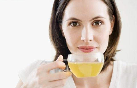 Пациентка наслаждается приятным вкусом травяного чая.