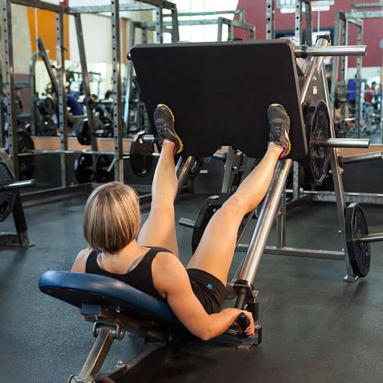 Жим ногами — отличная альтернатива приседаниям, однако, выполнять его необходимо под четким руководством тренера.