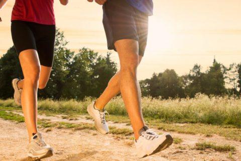 Бег трусцой, плаванье и другие легкие физические нагрузки полезны для организма человека.