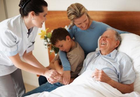 Близкий контакт с родными людьми в период болезни повышает шансы пациента на выздоровление.