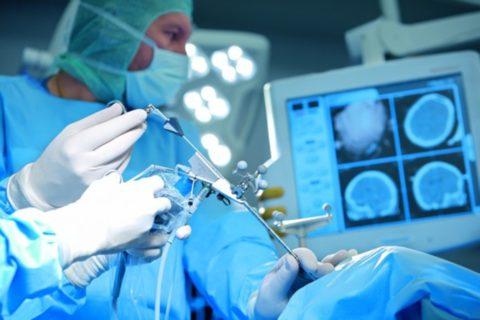 Эндоскопические техники позволяют оперировать больного без вскрытия черепной коробки