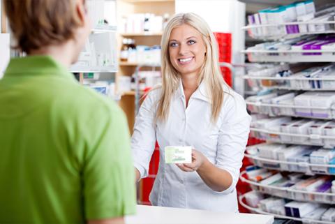 Фармацевт не имеет права рекомендовать офтальмологические капли пациенту.