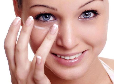 Косметические средства следует тщательно смывать из области глаз перед отходом ко сну.