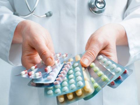 Медикаментозная терапия является сопроводительной, основным лечением является операция