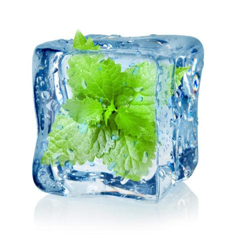 Прикладывание кубиков льда способствует сужению сосудов.