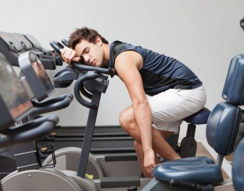 тяжелые спортивные нагрузки являются провоцирующим фактором.