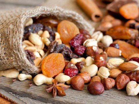 В орехах и сухофруктах содержится большая концентрация витаминов и минералов