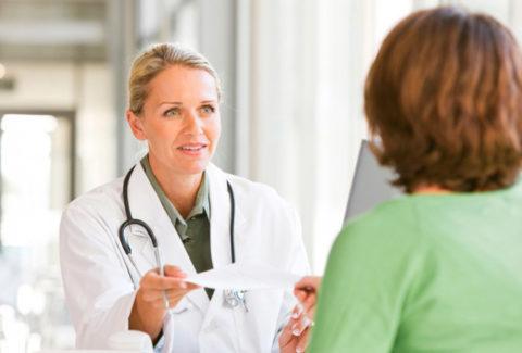 Врач контролирует процесс протекания заболевания.