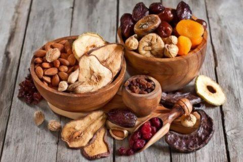 Богатые полезными веществами орехи и сухофрукты отлично заменять привычные конфеты и печенье.