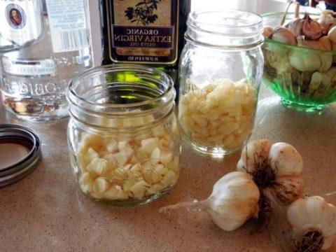 Для приготовления уникального снадобья достаточно использовать всего два компонента: чеснок и медицинский спирт.