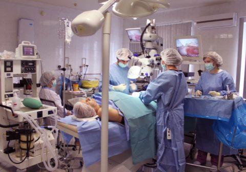 Фото в операционной: рабочий процесс по реваскуляризации ячковой вены