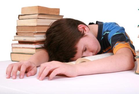 Головные боли, выраженная слабость, повышенная утомляемость (на фото) – самые распространенные симптомы