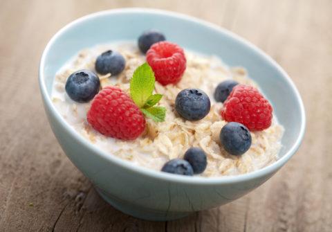 Каша из цельных злаков – идеальный вариант полноценного и вкусного завтрака.