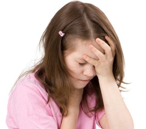 У девочки сильно болит голова