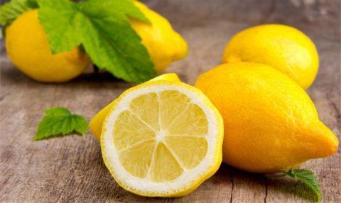 На фото – лимон, враг холестериновых отложений.