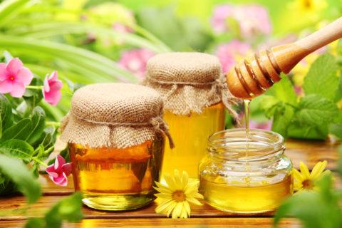 Натуральный пчелиный мед, представленный на фото, является идеальной заменой привычным сладостям и сахару.