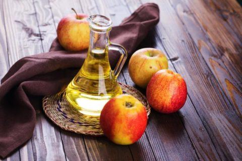 Обычный яблочный уксус – одно из наиболее эффективных средств для поддержания здоровья сосудов и красоты ног.