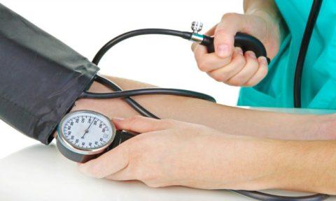 Снижение или повышение артериального давления – наиболее характерные признаки сосудистой дистонии у подростков