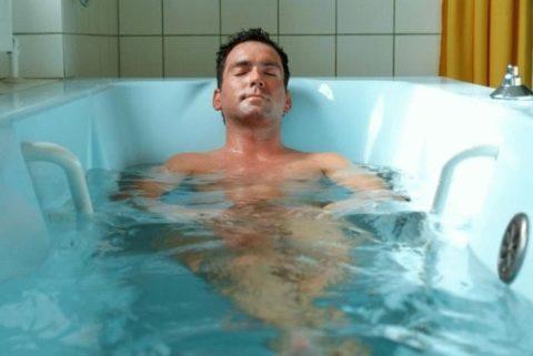 В первое время после операции следует воздержаться от приема горячих ванн
