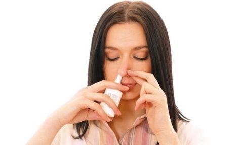 Женщина использует удобную лекарственную форму - спрей