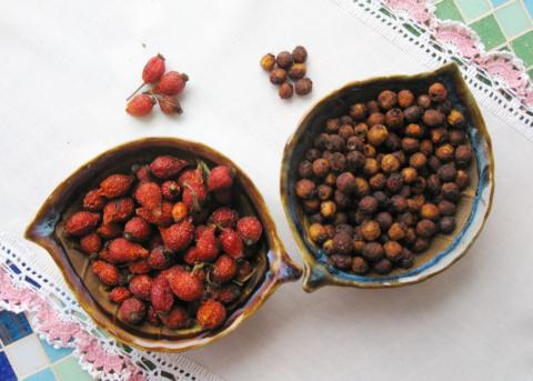 Чай из шиповника и боярышника укрепит сосуды и насытит организм витаминами.