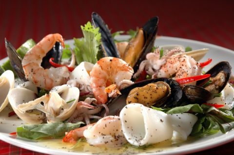 Для здоровья и чистоты сосудов рекомендуется заменить привычное мясо морепродуктами.
