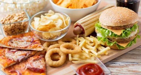Для здоровья сосудов следует забыть о вкусной, но весьма вредной и тяжелой пище.
