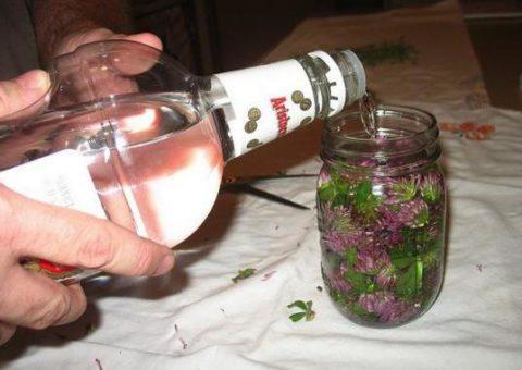 Готовить и хранить спиртовую настойку следует только в стеклянной емкости.