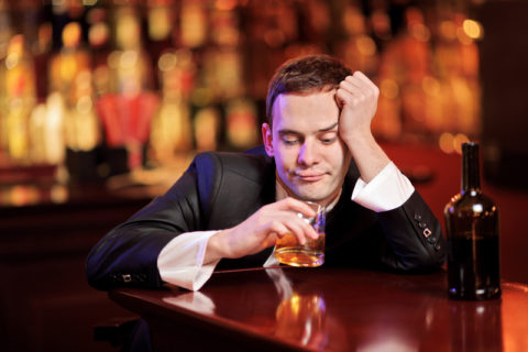 Мужчина пьет коньяк