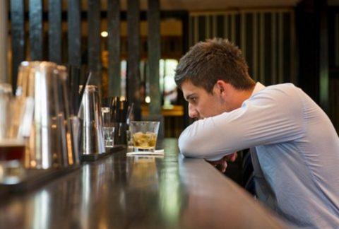 Не рекомендуется выпивать для снятия стресса из-за дополнительного синтеза адреналина