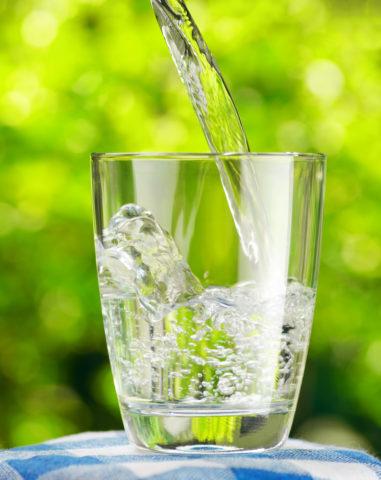 Очистить и укрепить сосуды поможет употребление достаточного количества жидкости.