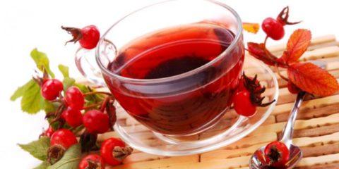 Отвар боярышника (на фото) – незаменимый источник витаминов и антиоксидантов.