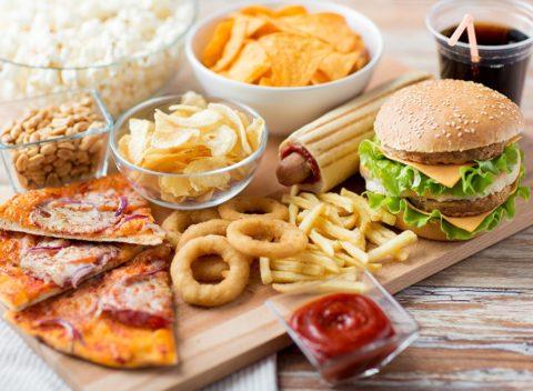 Переедание и вредная пища – факторы, способствующие повышенной ломкости сосудов.
