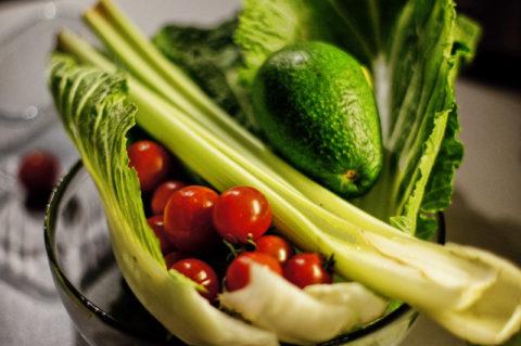 Свежий сельдерей и помидоры – вкусные и полезные компоненты для лечебного смузи.