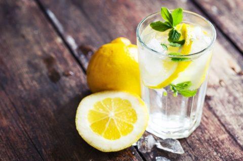 Целебный и вкусный напиток, обладающий расслабляющими свойствами – вода с лимоном.