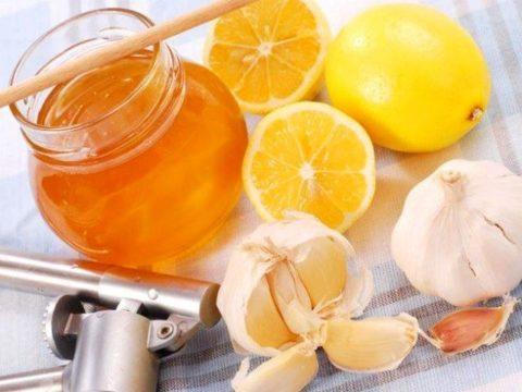 Устранить заболевания системы кровообращения поможет сочетание лимонов, меда и чеснока.