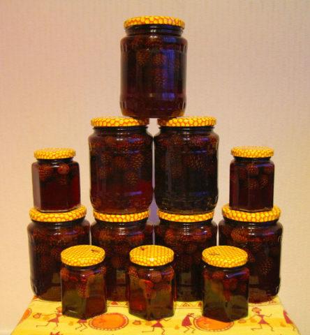 Варенье из шишек можно заготовить впрок и употреблять в течение всей зимы.