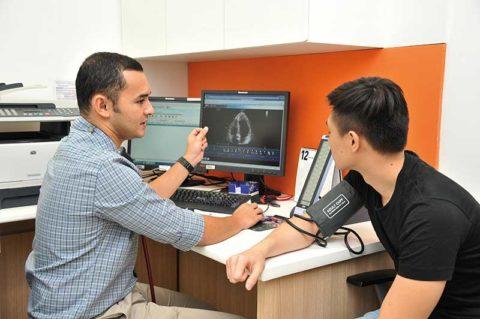 Врач-кардиолог принимает решение о направлении пациента на коронарографию.