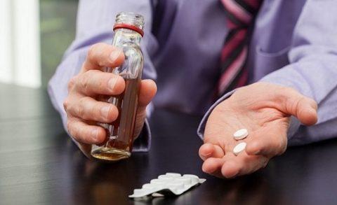 Лекарства и алкоголь – совмещать не рекомендуется.