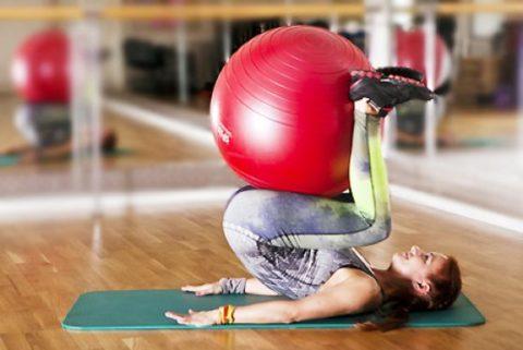 Для проведения упражнений может быть задействован мяч