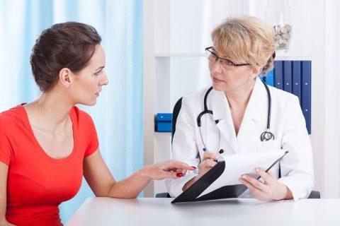 Перед проведением процедуры следует посетить флеболога и исключить риск проявления осложнений.