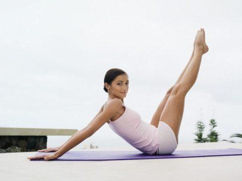 Полезно поднимать ноги выше уровня головы и держать их в таком положении