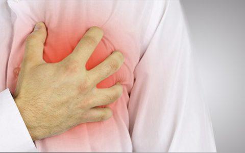 При загрудинной боли требуется консультация кардиолога.