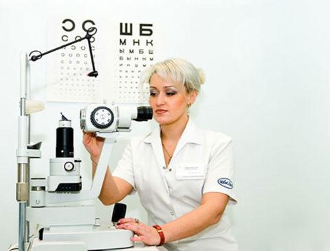 Причину нарушения поможет определить врач офтальмолог.