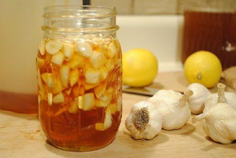 Принимать лекарства из лимонов, чеснока и меда (на фото) следует строго по правилам.