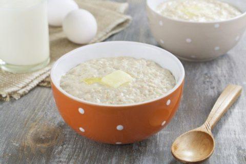 Самый полезный завтрак для детей и взрослых – молочная овсяная каша с маслом.