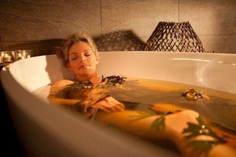 Укрепить сосуды головы и привести организм в тонус поможет ванна с травяным отваром.