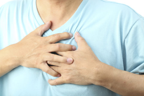 Боль за грудиной – возможный симптом сердечных патологий, требующий лечения